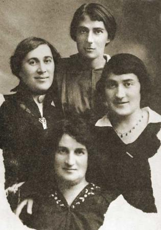 Rahel Bluwstein with her Sisters