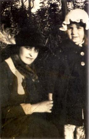 Beatrice Alexander with her daughter Mildred, circa the 1920s