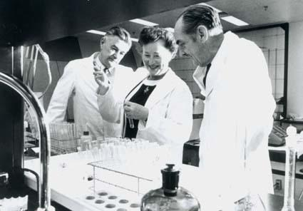 Gertrude Elion, Dr. S. Bushby, and Dr. George Hitchings, 1972